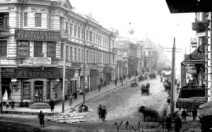 An image of a street corner in Vladivostok during the 1910s.